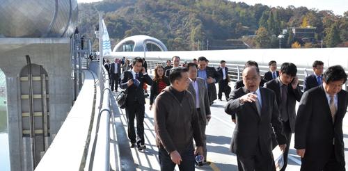지난해 10월 태국 수라퐁 외무부 장관 방한 시 동행한 'THAI TV컬러 CH3' 방송팀이 이포보를 방문해 취재하고 있다.<br/><br/>