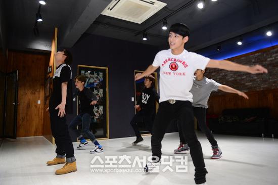 グループマイネームが11月中旬に予定され、日本のコンサートのために、ソウル龍山区漢南洞にある練習室でダンスの練習をしている。/ナムユンホ記者
