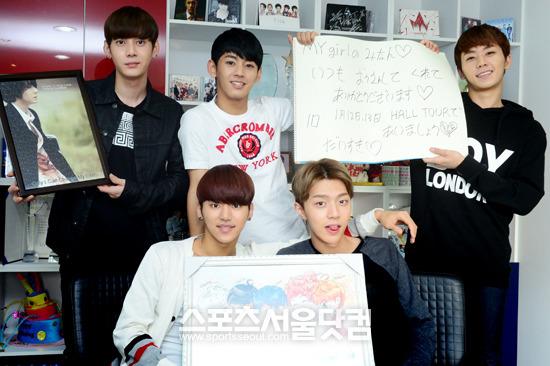 マイネームメンバーが日本のファンへの手紙とファンにもらったプレゼントを持って明るく笑っている。/ナムユンホ記者